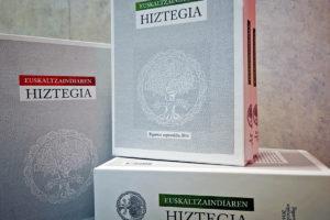 'Papergabe',  'friki'  eta  'zurito'  hitzak  erantsi  dira  Euskaltzaindiaren  Hiztegian