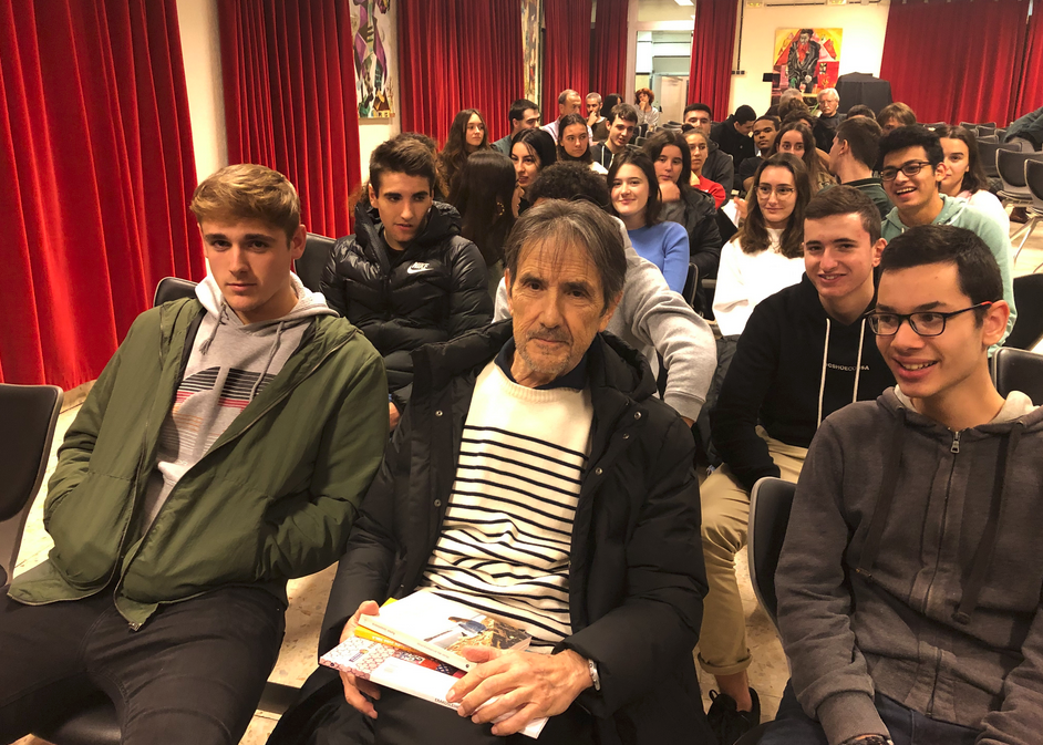 [BIDEOA]  Ramon  Saizarbitoria  neska  gazte  baten  azalean  jarri  da  'Miren  eta  erromantizismoa'  eleberrian