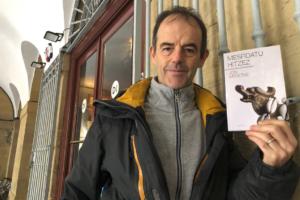 [BIDEOA]  'Mesfidatu  hitzez'  izenpean  Toure  ikertzailearen  zazpigarren  abentura  kaleratu  du  Jon  Arretxek