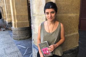 [Bideoa]  Eva  Perez-Ponsek  'Zaharkitze  programatua'  poesia  liburua  aurkeztu  du