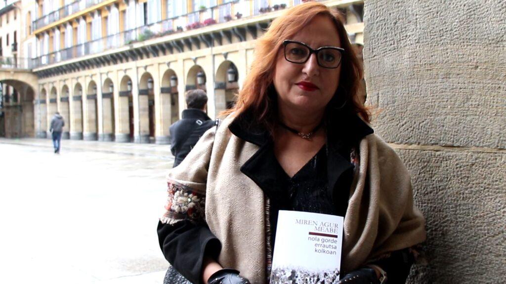 [BIDEOA]  Miren  Agur  Meabe  idazlearen  'Nola  gorde  errautsa  kolkoan'  poema  liburua  kalean  da