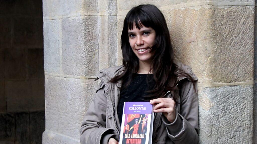 [BIDEOA]  Aroa  Uhartek  Aleksandra  Kollontairen  'Erle  langileen  amodioak'  narrazio  liburua  euskaratu  du