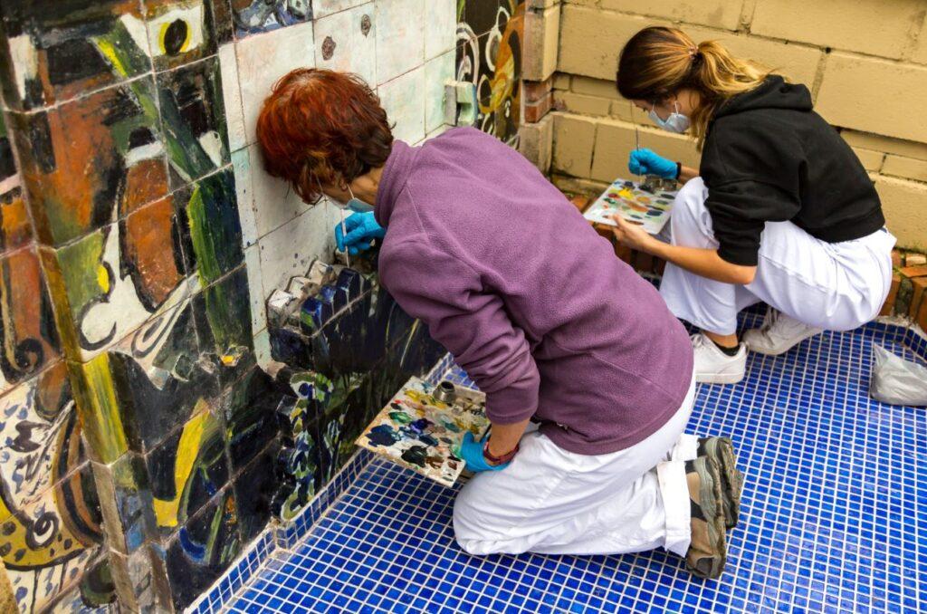 San Telmo Museoak iturri bat apaintzen duen Zumetaren zeramika lana zaharberritu du Donostian