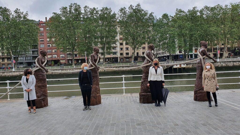 'Zirgariak'  eskultura-multzoa  jarri  dute  ikusgai  Bilbon,  emakumeen  lana  eta  berdintasuna  aldarrikatzeko